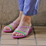 カラフルだけど合わせやすい  crocs isabella mini wedge w(wild orchid)